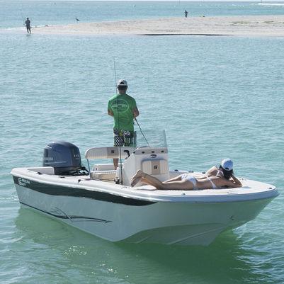 bay boat com motor de popa / com console central / de pesca esportiva / máx. 10 pessoas