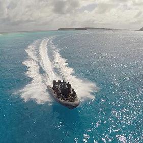 barco inflável com motor de popa / bimotor / com console central / bote auxiliar para iate