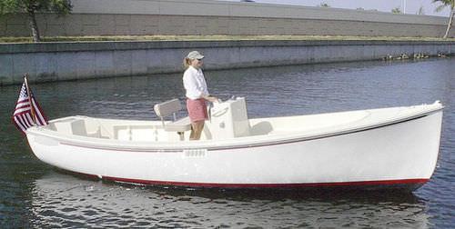 lancha de console central com motor de popa / elétrica / com console central / para pesca