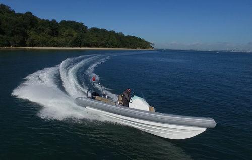 barco inflável com motor de popa / semirrígido / com console jockey / offshore
