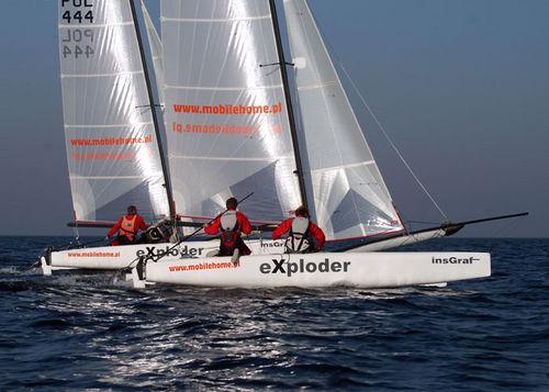 catamarã esportivo para regata costeira / para dois tripulantes / com dois trapézios / spinnaker assimétrico