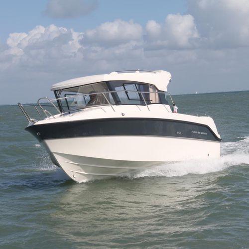 barco de pesca-passeio com motor de popa / com casa do leme / máx. 7 pessoas / com cabine