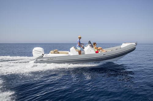 barco inflável com motor de popa / semirrígido / com console central / com solário