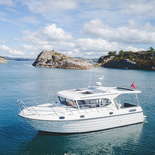 lancha Express Cruiser com motor de centro / a diesel / com casco semiplanante / com hard-top