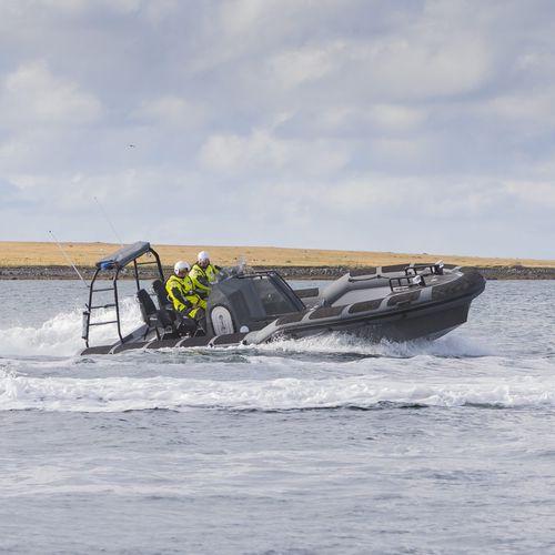 barco-patrulha / com motor de centro hidrojato / com motor de popa / barco inflável semirrígido