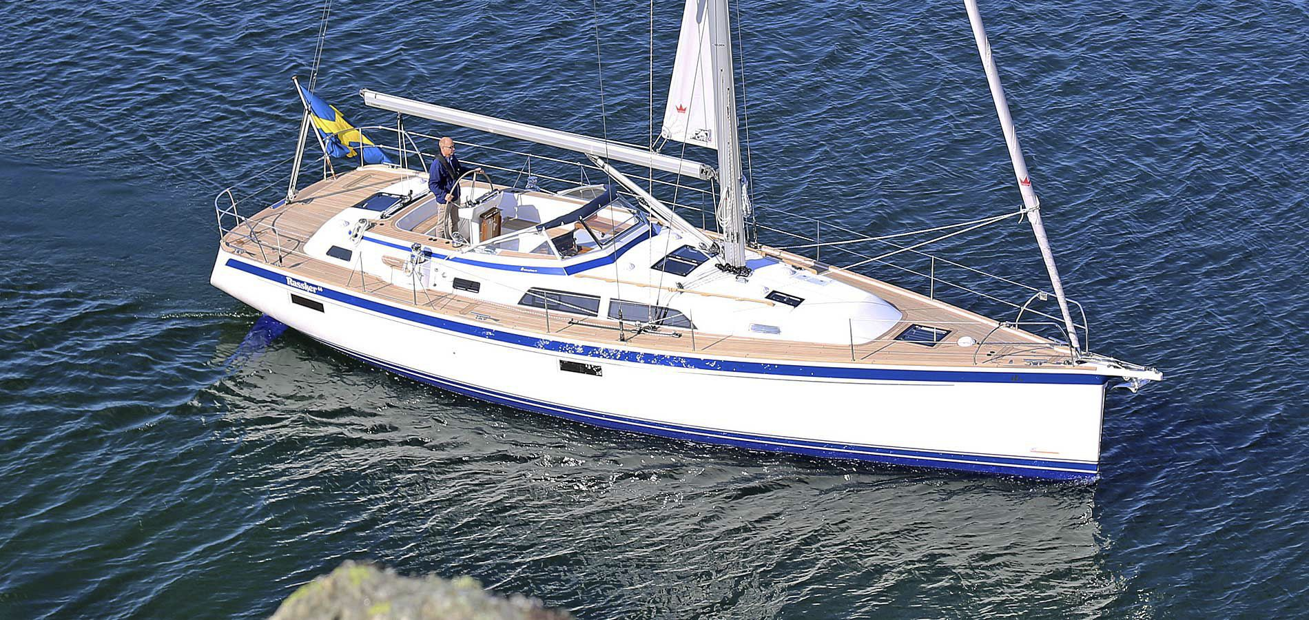 Monohull / cruising / open transom / with 2 or 3 cabins - 44