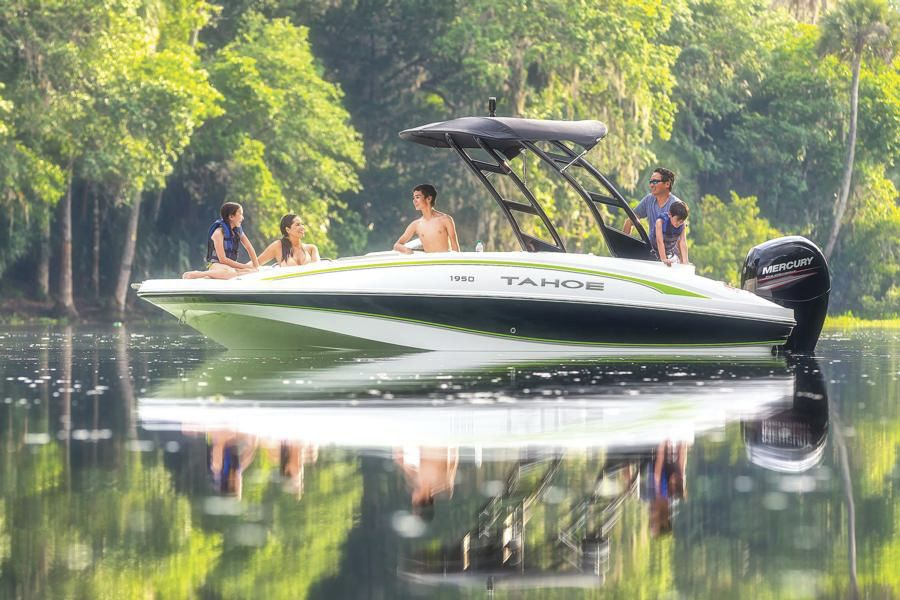 Outboard deck boat / wakeboard / ski / 10-person max  - 1950