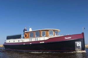 inboard trawler / wheelhouse / canal