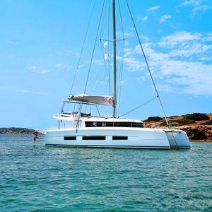 sailing catamaran / cruising / flybridge / fiberglass