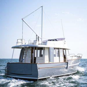 inboard trawler / semi-displacement hull / flybridge / wheelhouse