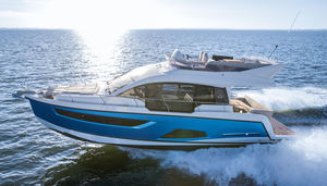 inboard express cruiser / twin-engine / flybridge / 12-person max.