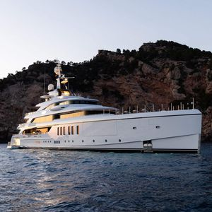 cruising mega-yacht / wheelhouse / 8-cabin / vertical bow