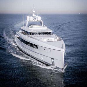 cruising mega-yacht / flybridge / vertical bow