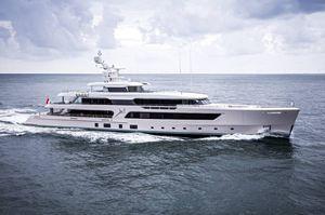 cruising mega-yacht / raised pilothouse / custom