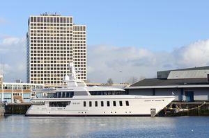 cruising super-yacht / wheelhouse / displacement / 10-cabin