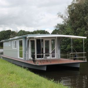 inboard houseboat / outboard / canal