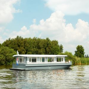 inboard houseboat / canal