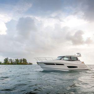 inboard express cruiser / diesel / twin-engine / hard-top