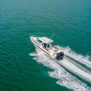 inboard cabin cruiser / outboard / twin-engine / hard-top