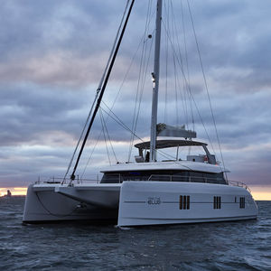 catamaran sailing yacht / charter / open transom / flybridge