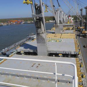 cargo ship hatch cover / piggy back