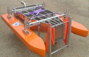 oil skimmer with sweeping arm / V / sheltered waters / river