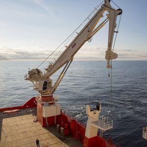ship crane / deck / active heave compensation / knuckle boom