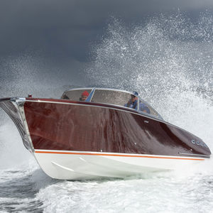 inboard day cruiser / twin-engine / planing hull / wooden