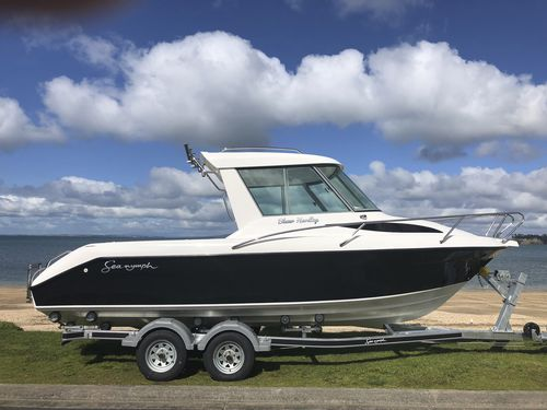outboard day cruiser / with enclosed cockpit / hard-top / sport-fishing