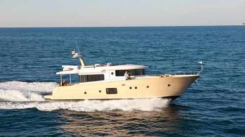 cruising motor yacht / flybridge / IPS / displacement