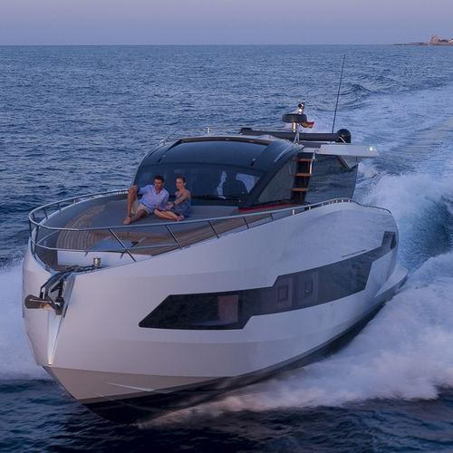 cruising motor yacht / hard-top / IPS POD / carbon