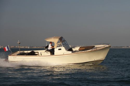 inboard center console boat / diesel / twin-engine / planing hull