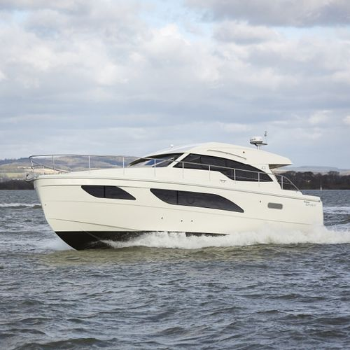 inboard express cruiser / twin-engine / hard-top / 12-person max.