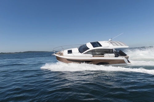 inboard express cruiser / twin-engine / hard-top / 8-person max.