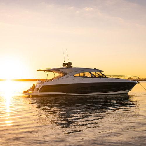 cruising motor yacht - Riviera