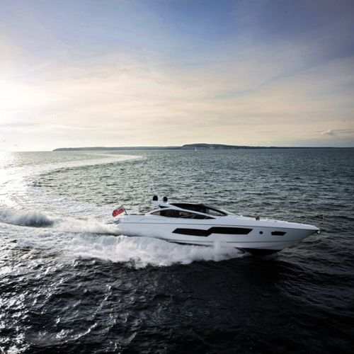 high-performance motor yacht / hard-top / displacement / 4-cabin