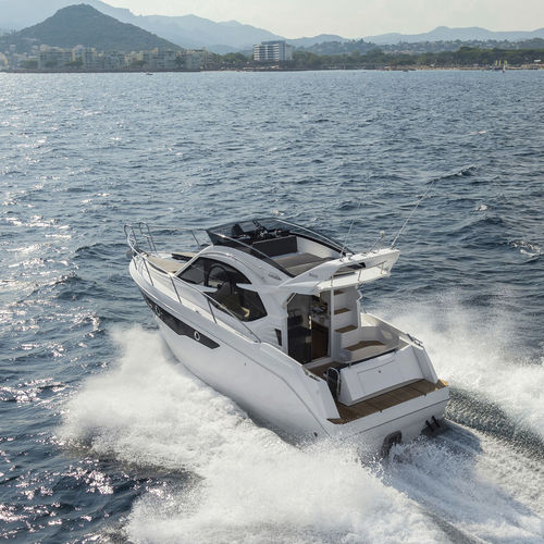 inboard express cruiser / twin-engine / flybridge / hard-top