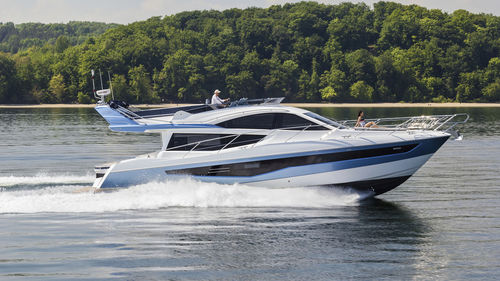 high-speed motor yacht / flybridge / displacement / 3-cabin