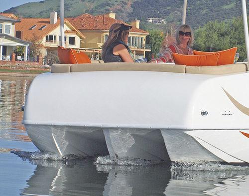 outboard pontoon boat / tri-tube / 12-person max.