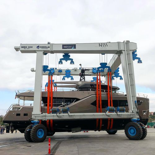 remotely controlled travel lift