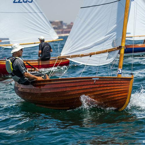 multi-person sailing dinghy / regatta / traditional / catboat