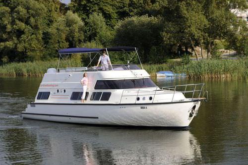 inboard houseboat / flybridge / canal