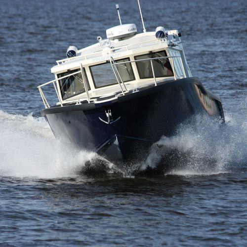 outboard express cruiser / twin-engine / with enclosed flybridge / dive