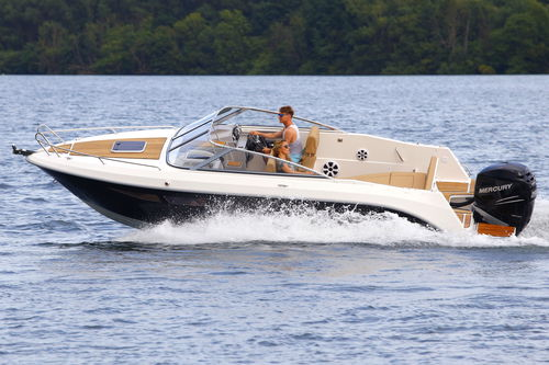 outboard cabin cruiser / twin-engine / planing hull / open