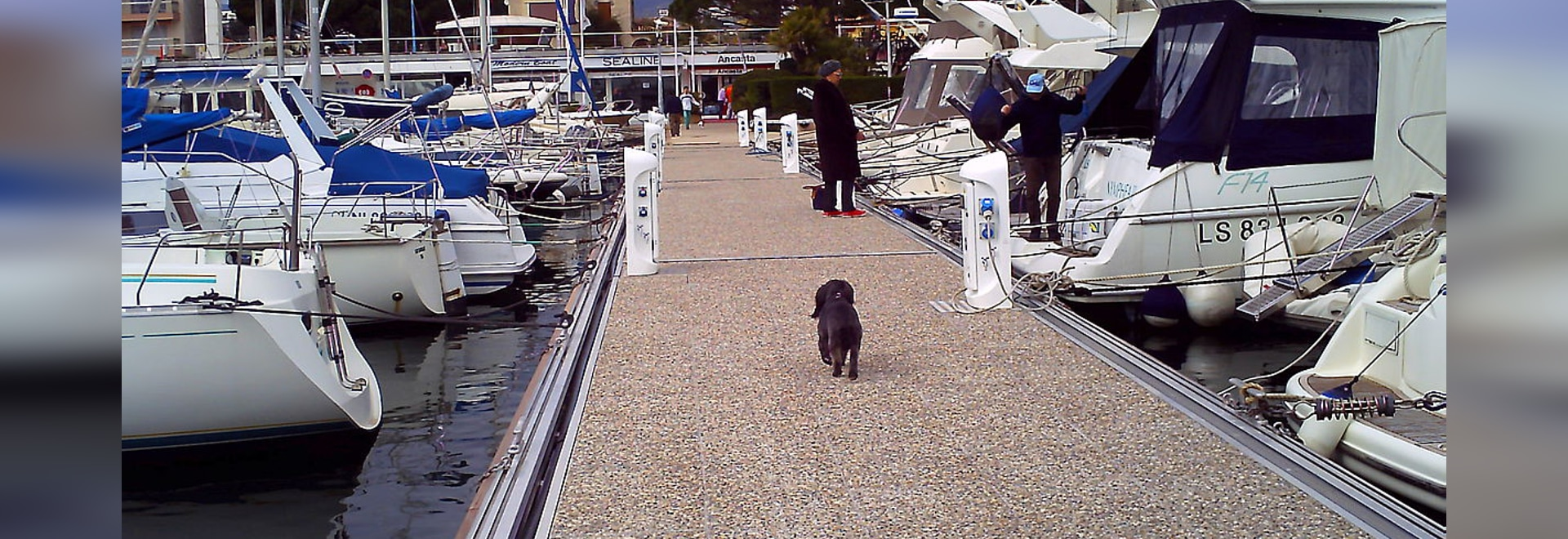 Fixed pontoon Poralu covered with concrete slabs