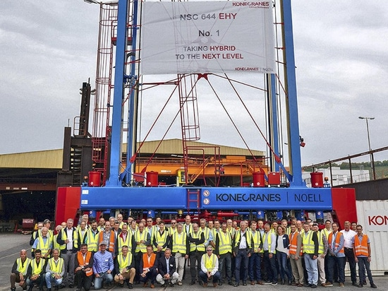 Container Terminal Tollerort: HHLA puts first hybrid straddle carriers of the Port of Hamburg into operation. © HHLA