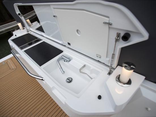 Sealine C430: Creature comforts abound on this thoroughly modern sportscruiser