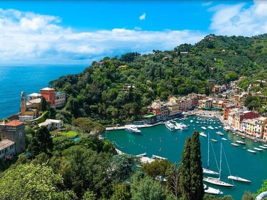 Discovering Portofino from the sea, from La Spezia...