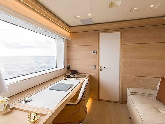 33m CdM motor yacht Narvalo on the market