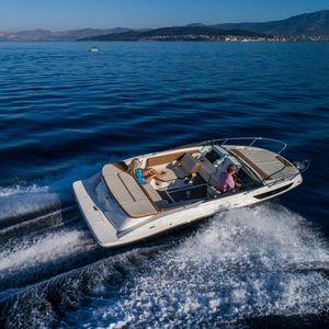 船尾駆動ランナバウトボート